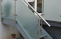 Stahltreppe mit Edelstahlgeländer und Milchglas